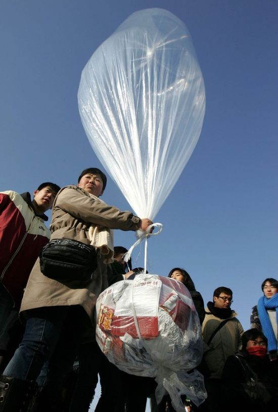 Sending Air Balloons to North Korea (11 pics)