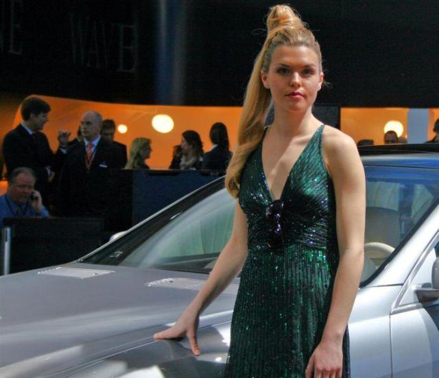 Girls at the 2010 Detroit Auto Show! (25 pics)