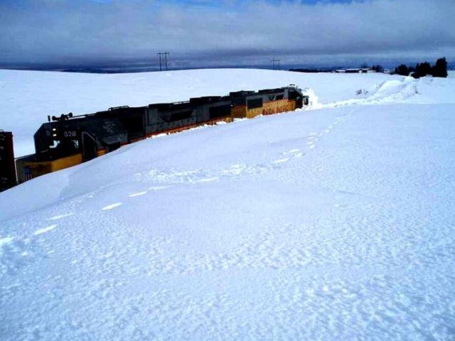 Train Stuck in Snow (3 pics)