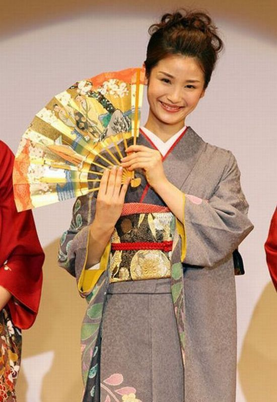 Miss Japan 2010. From Kimonos to Bikinis (9 pics)