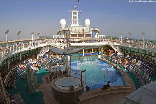 Voyage on One of the World's Largest Cruise Ships (37 pics)