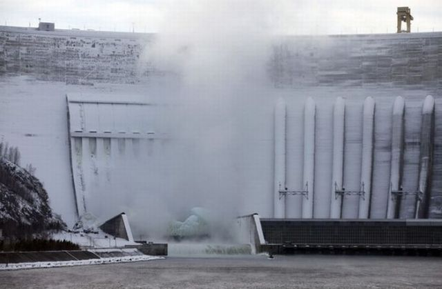 Is It an Iceberg or a Power Plant? (18 pics)
