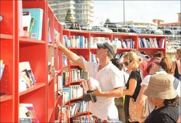 Library on the Beach (7 pics)