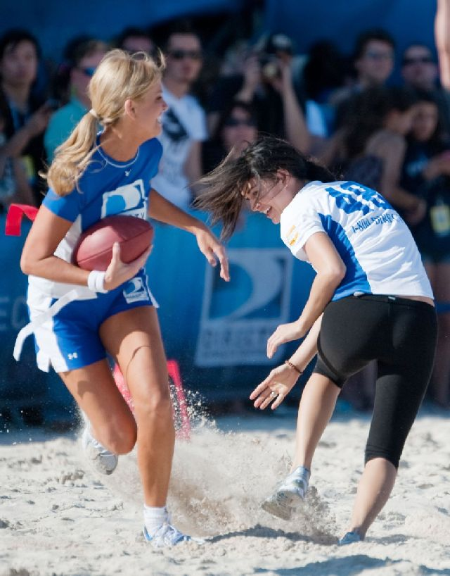 Some Hot Celebrities Playing Beach Bowl(14 pics)