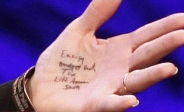 Sarah Palin Using a Cheat Sheet :) (6 pics)