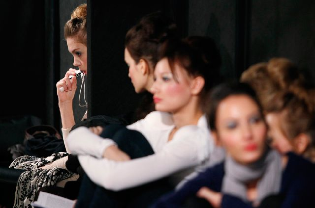 Behind the Scenes of a Fashion Week (30 pics)