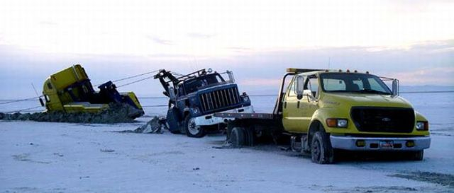 How Many Wreckers Does It Take To Get One Motor Home Unstuck? (8 pics)
