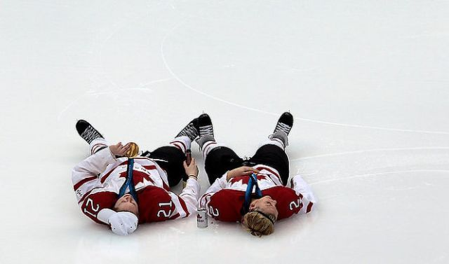 Rowdy Hockey Players (34 pics)