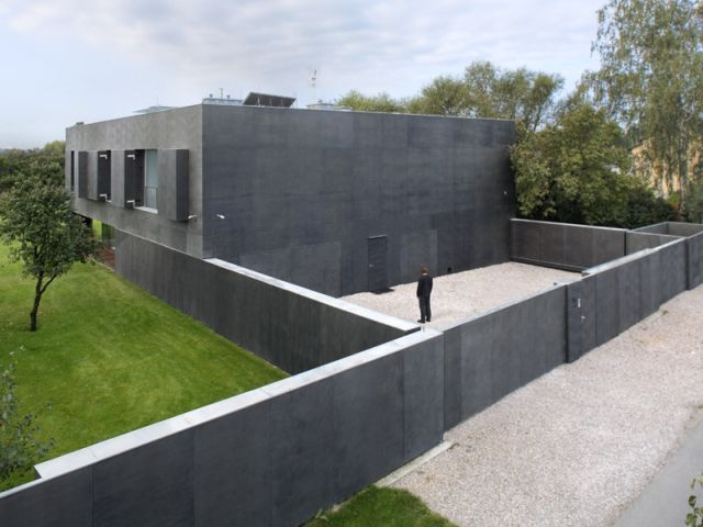 The House with Moving Walls (15 pics + 1 gif)