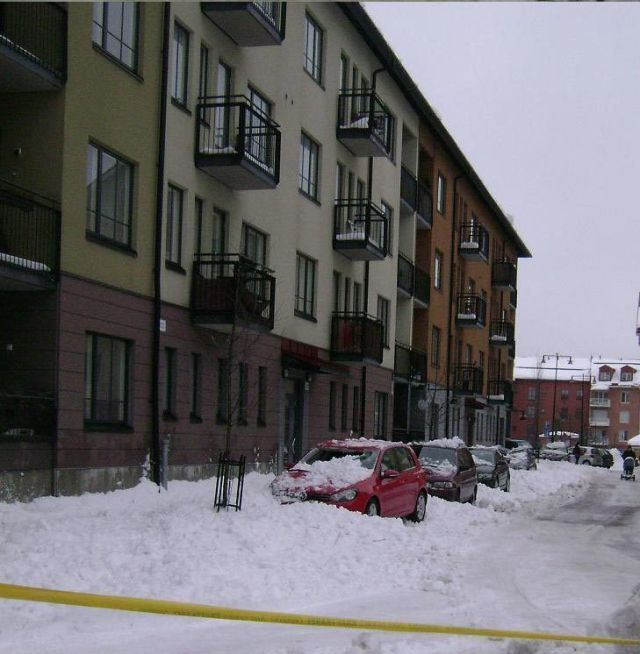 More Idiots Cleaning Snow from Roofs (6 pics)
