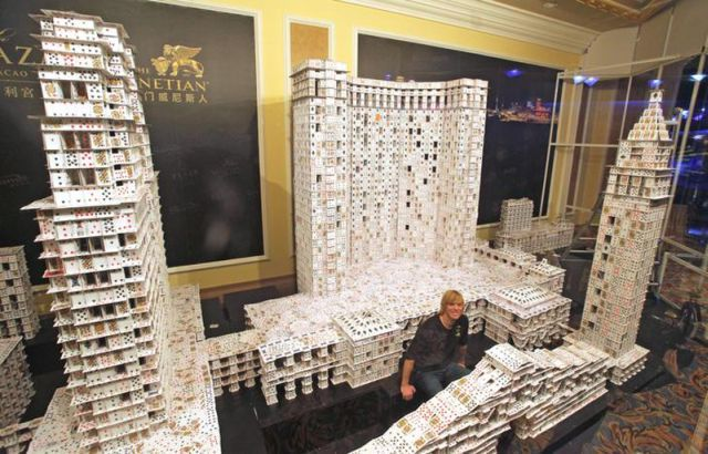 American Has Build the Largest Card-Table House (10 pics)