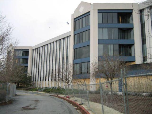 Uninhabited Building Hides Goods (42 pics)