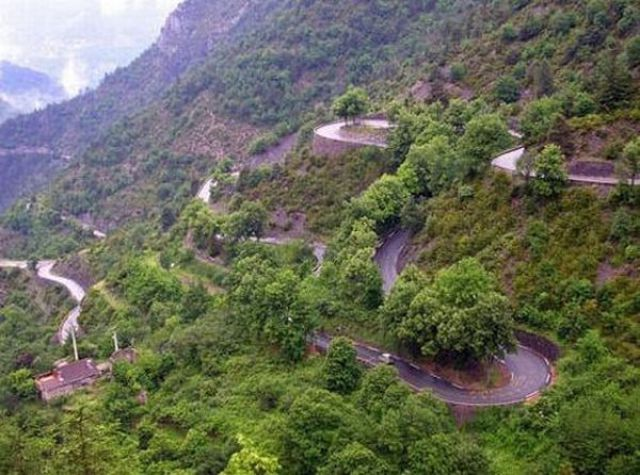 World's Scariest Roads (35 pics)