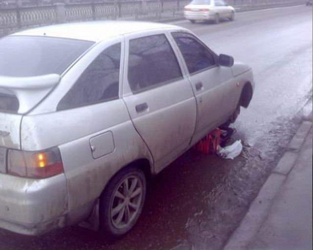 Unusual Way to Change a Tire (2 pics)