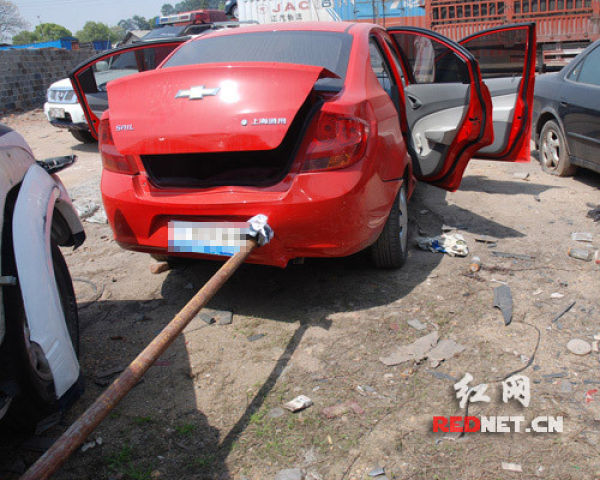Another Car Pierced Through By a Rod (3 pics)