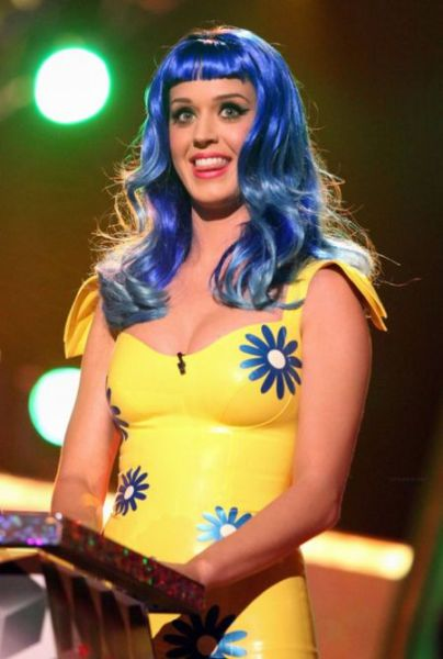 Katy Perry's Face Turned Green (19 pics)