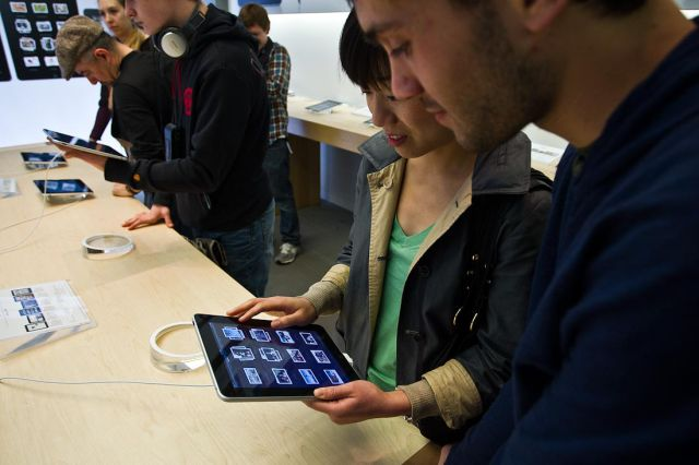 Crazy iPad Release Day (22 pics)