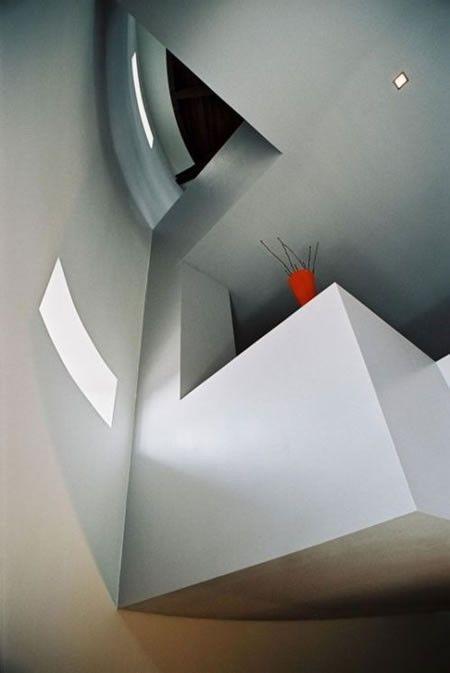 A Strange House (15 pics)
