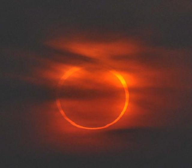 An Amazing Solar Eclipse (14 pics)