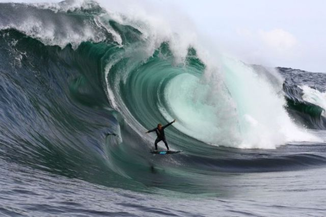 Catching Huge Waves (15 pics)