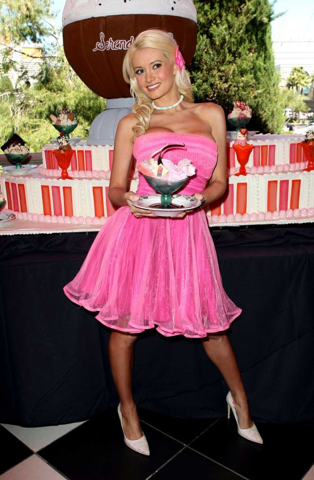 Holly Madison and Ice Cream. Mmm, Yummy ! (8 pics)