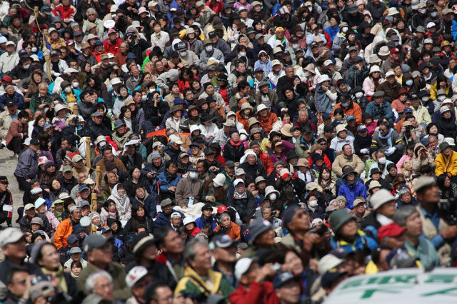 Japanese Onbashira Festival (22 pics)