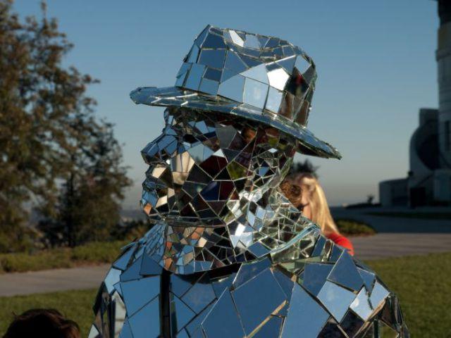 A Silver Mirror Man (15 pics)