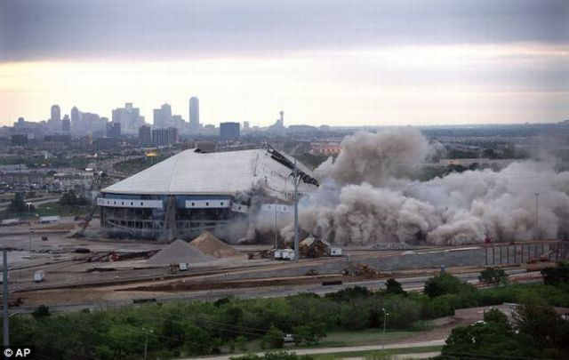 Texas Stadium Gone in 25 Seconds (10 pics)