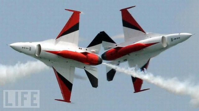 Superb Aeronautical Airplane Stunts (44 pics)