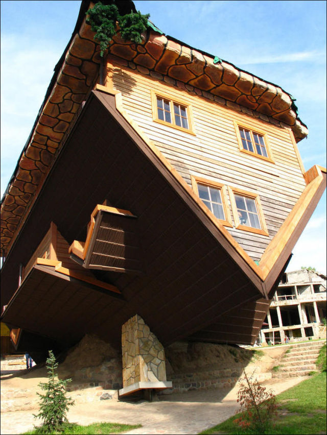 Upside Down House (12 pics)