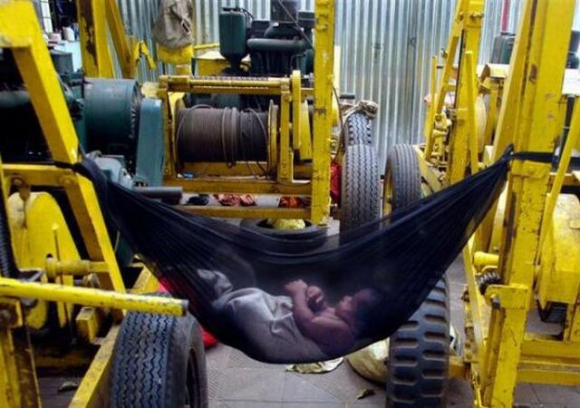 People Sleeping Everywhere (40 pics)