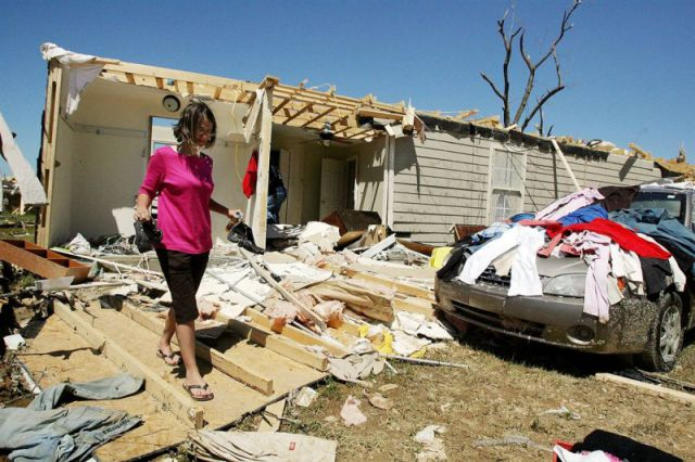 A Horrible Tornado Hits the USA (18 pics)