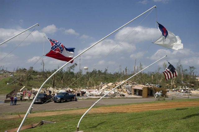 A Horrible Tornado Hits the USA (18 pics)