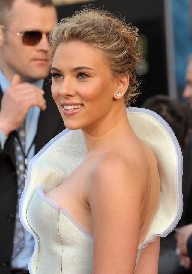 I Never Knew That Scarlett Johansson Can Look So Beautiful Even in Such a Weird Dress (15 pics)
