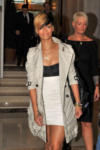 Rihanna Was Quick to Stop Her Upskirt (6 pics)