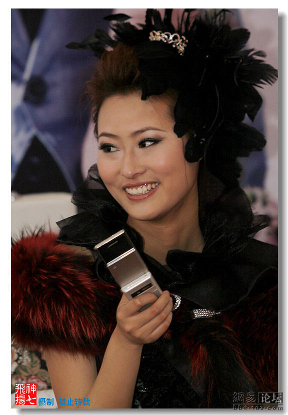 Glamorous Chinese Chick Having Fun with Her Cell Phone (7 pics)
