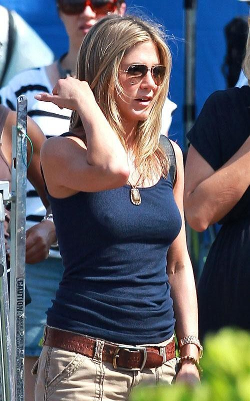 Jennifer Aniston on the Set of Her New Movie in Hawaii (6 pics)