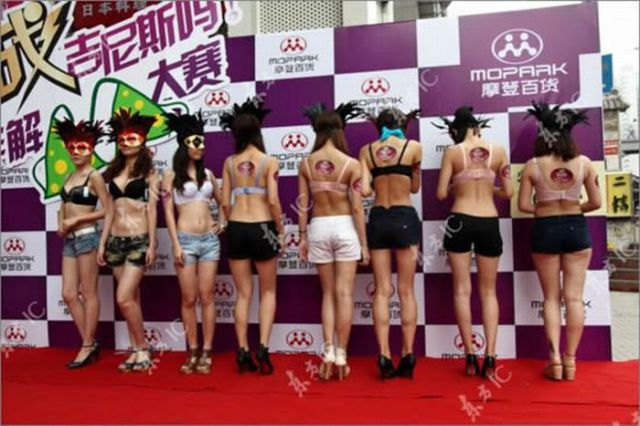 Bra Untying Contest in China (8 pics)