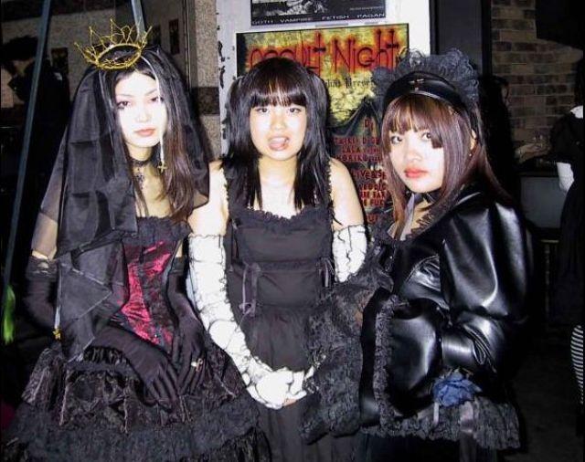 Japanese Gothic Girls (20 pics)