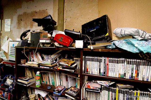 One Japanese Dormitory That Looks Like a Slum Building (21 pics)
