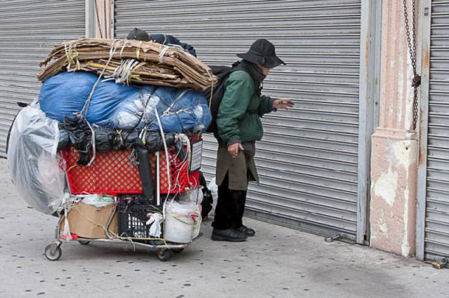 Homeless People in the Center of Los Angeles (17 pics)