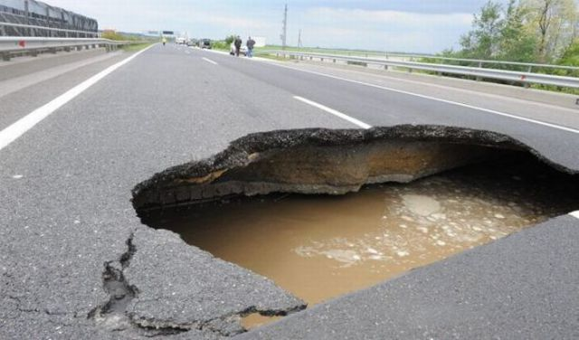 A Huge Hungarian Sinkhole (6 pics)