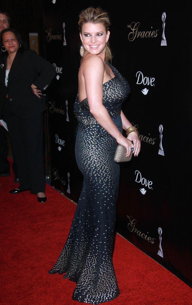 Jessica Simpson Is Very Curvy These Days (8 pics)