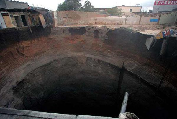 An Enormous Sinkhole in Guatemala (23 pics)