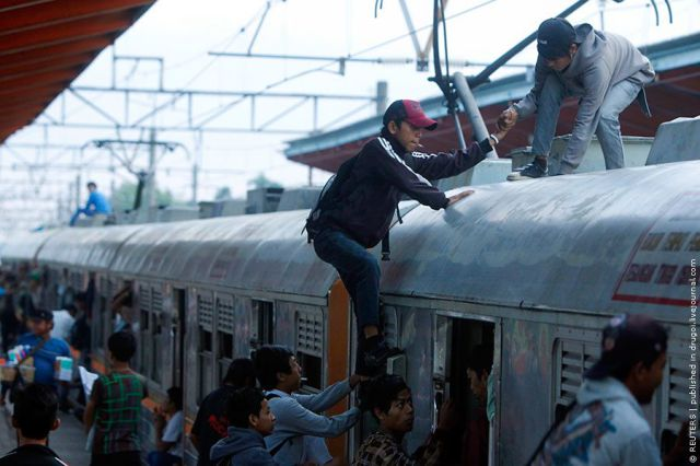 Taking the Train in Jakarta (26 pics)
