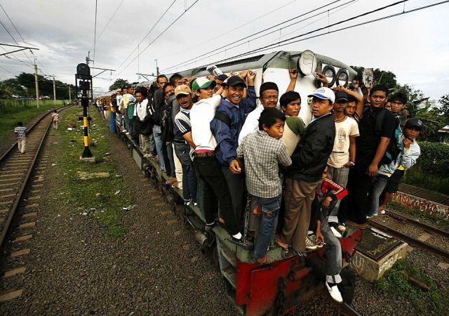 Taking the Train in Jakarta (26 pics)