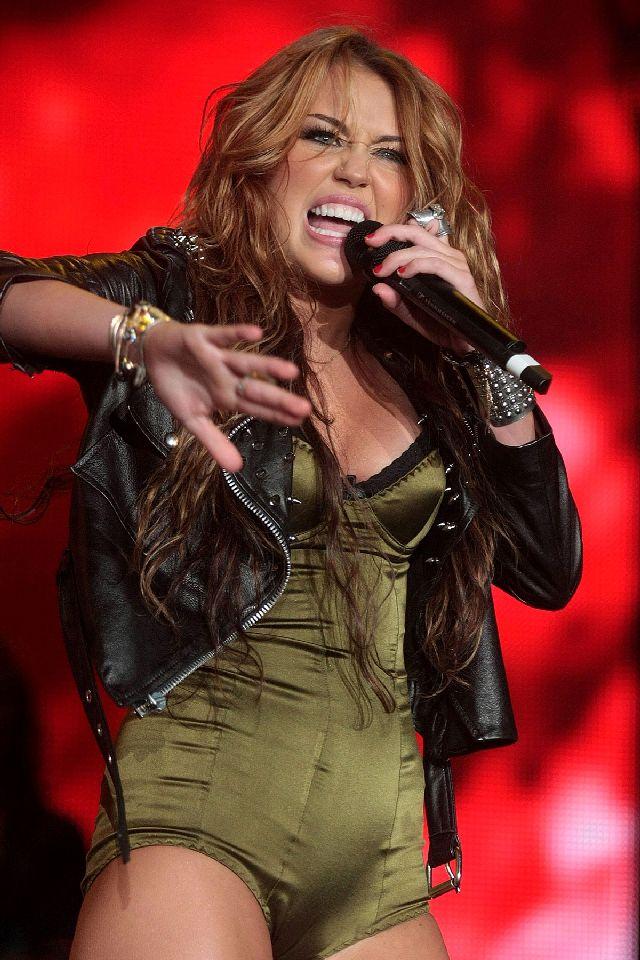 Miley Cyrus Is Wild on the Scene (11 pics)