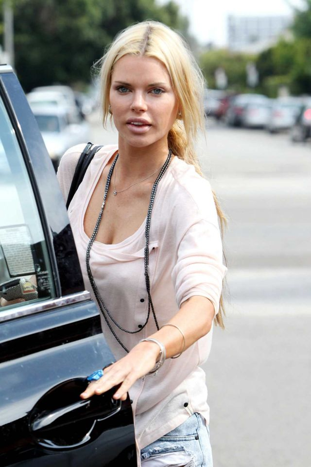Hottie Sophie Monk Is Not That Hot (6 pics)