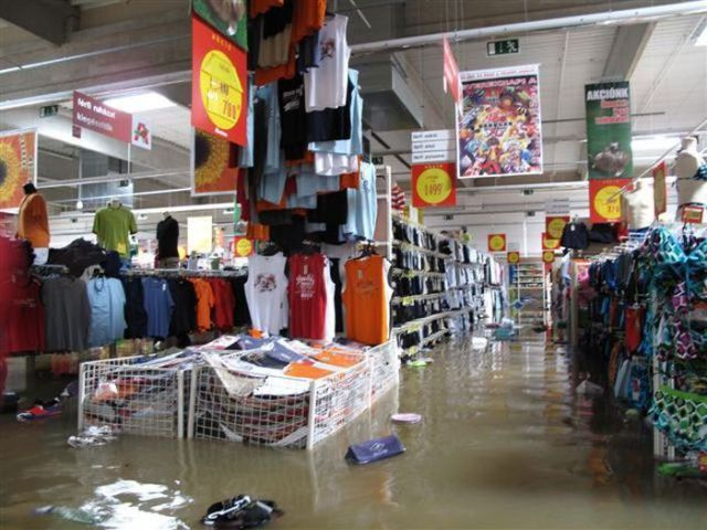 Flooded Supermarket (5 pics)