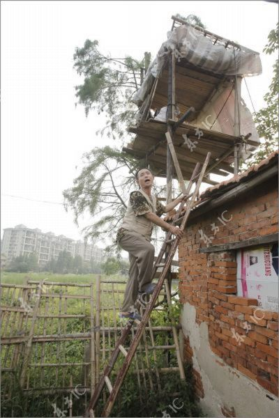 Chinese Farmer Makes War to Property Developers with His Homemade Canon (16 pics)